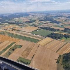 Flugwegposition um 15:22:21: Aufgenommen in der Nähe von Gemeinde Dobersberg, Österreich in 979 Meter