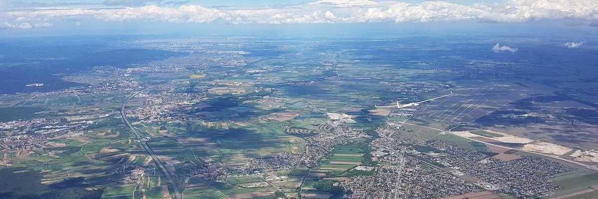 Flugwegposition um 10:43:50: Aufgenommen in der Nähe von Wiener Neustadt, Österreich in 2252 Meter