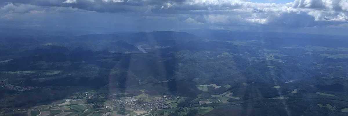 Verortung via Georeferenzierung der Kamera: Aufgenommen in der Nähe von Gemeinde Langenlois, Österreich in 2000 Meter