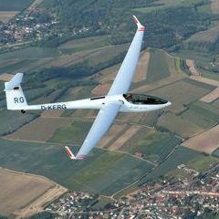 Flugwegposition um 14:37:07: Aufgenommen in der Nähe von Gemeinde Großweikersdorf, 3701, Österreich in 2216 Meter