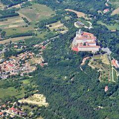 Flugwegposition um 12:33:06: Aufgenommen in der Nähe von Kreis Pannonhalma, Ungarn in 1942 Meter
