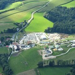 Flugwegposition um 14:09:01: Aufgenommen in der Nähe von Gemeinde Krumbach, Krumbach, Österreich in 1052 Meter